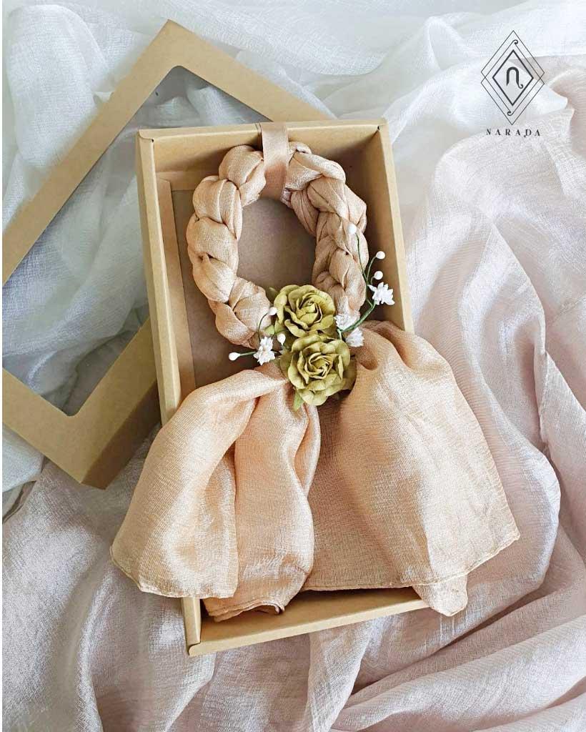 ของขวัญ มาลัยผ้าไหมมุก ดอกไม้ล้อม ในกล่องคราฟท์ (20ชุด 450.-)
