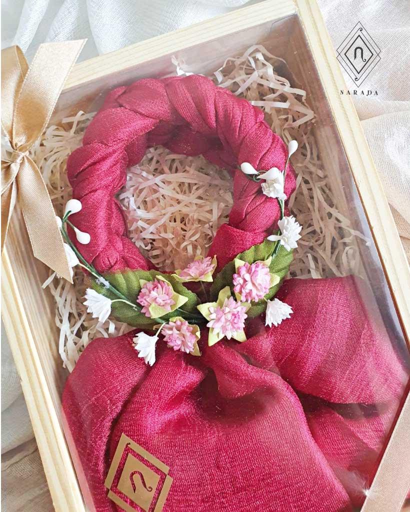 ของขวัญ มาลัยผ้าไหมมุก ดอกไม้ล้อม ในกล่องไม้ (20ชุด 520.-)