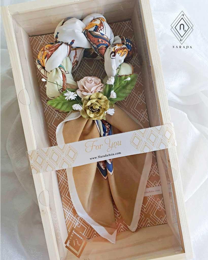 ของขวัญ มาลัยผ้าพันคอ ดอกไม้ล้อม ในกล่องลังไม้