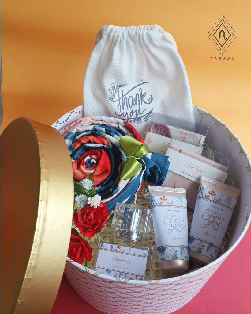 ของขวัญ ผ้าพิมพ์ลาย L พร้อม ถุงผ้า,น้ำหอม,Hand Cream และสบู่ ในกล่องกลม L