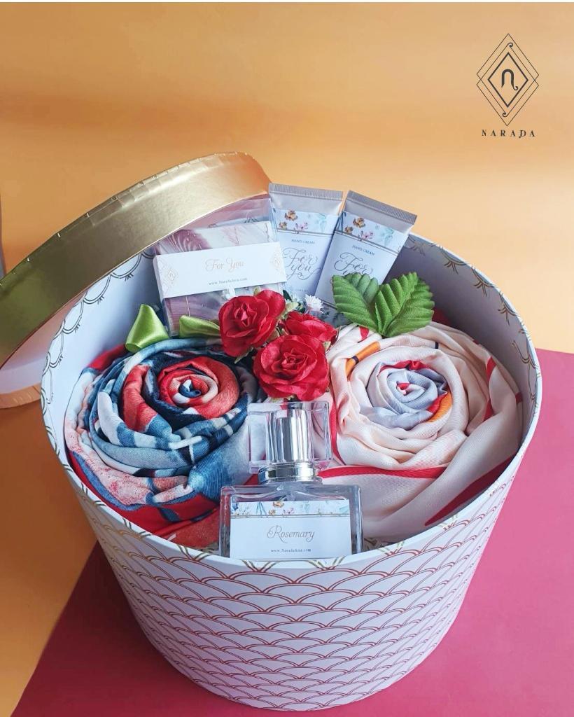 ของขวัญ ผ้าพิมพ์ลาย L 2ผืน พร้อมน้ำหอม,Hand Cream และสบู่ ในกล่องกลม L
