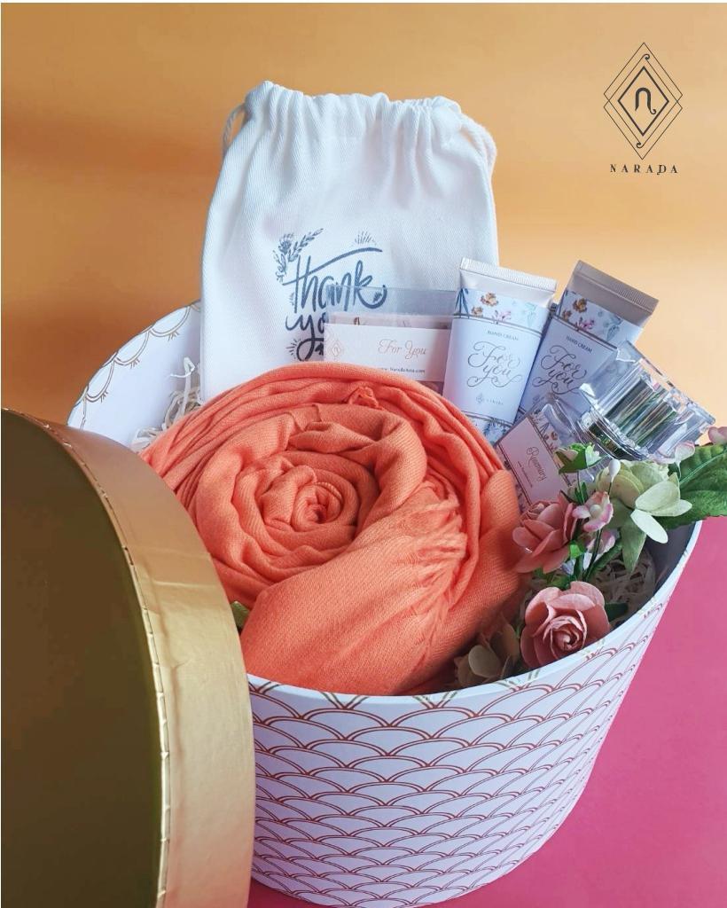 ของขวัญ ผ้าแคชเมียร์พร้อมถุงผ้า, น้ำหอม, Hand creamและสบู่ ในกล่องกลม L