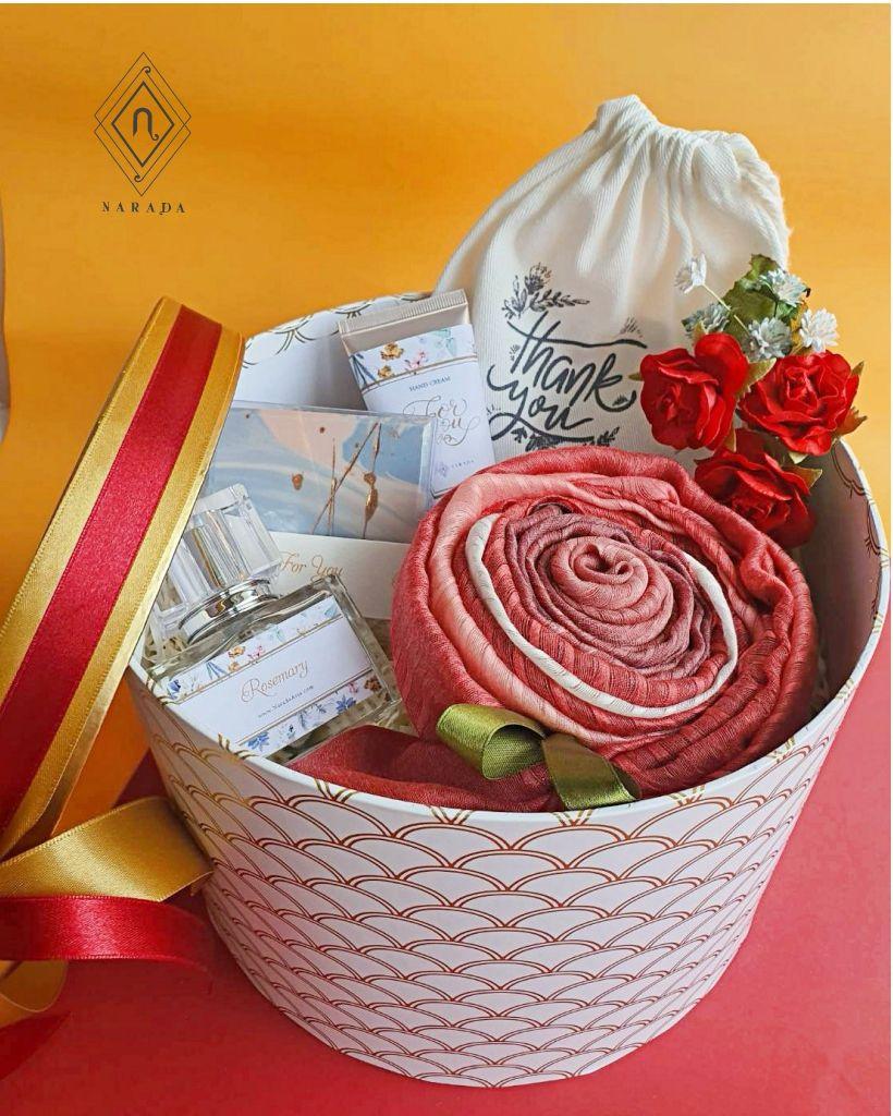 ของขวัญ ผ้าชีฟอง 3สี พร้อม ถุงผ้า น้ำหอม,Hand Cream และสบู่ ในกล่องกลม M