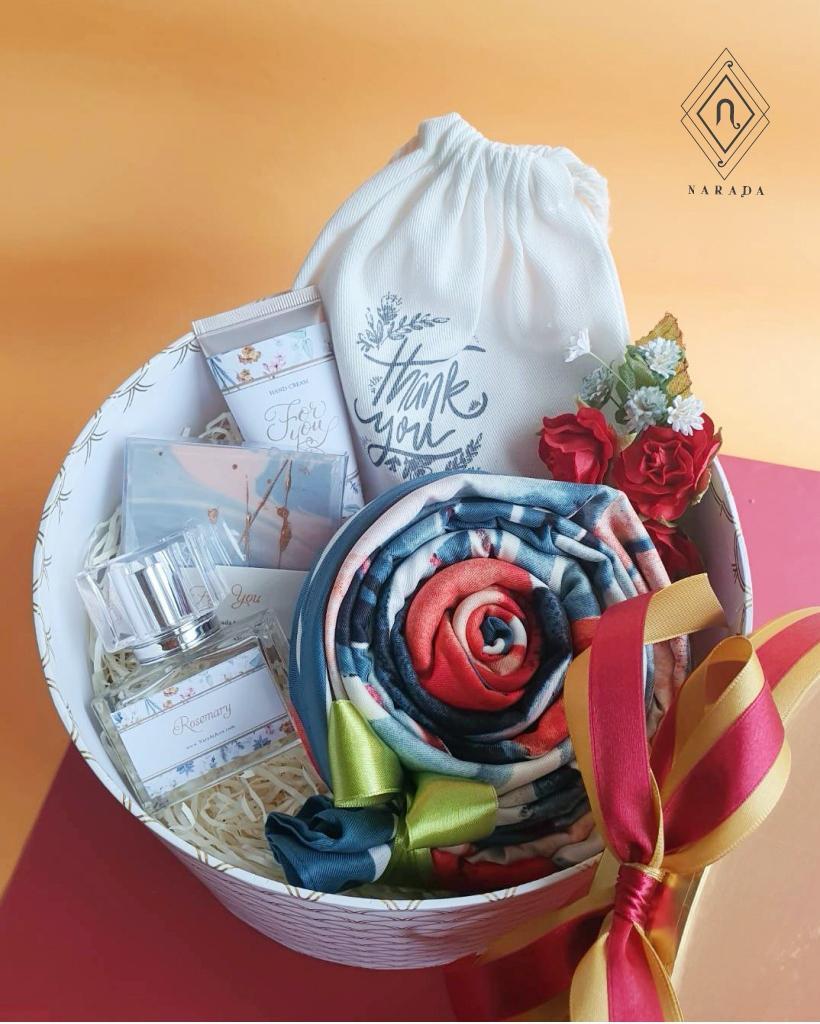 ของขวัญ ผ้าพิมพ์ลาย L พร้อม ถุงผ้า,น้ำหอม,Hand Cream และสบู่ ในกล่องกลม M
