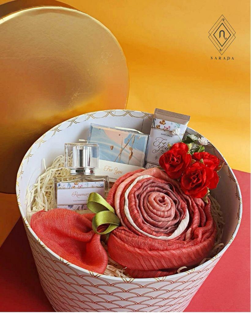 ของขวัญ ผ้าชีฟอง 3สี พร้อม น้ำหอม,Hand Cream และสบู่ ในกล่องกลม M
