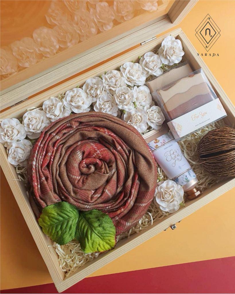 ของขวัญ ผ้าแคชเมียร์สก็อตหรือ 2โทน พร้อมHand cream+สบู่ ในกล่องกระจก