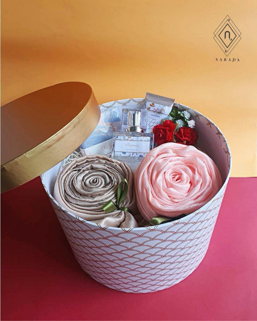 ของขวัญ ผ้าไหมมุกหรือไหม 2สี 2ผืน พร้อม น้ำหอม,Hand Cream และสบู่ ในกล่องกลม L